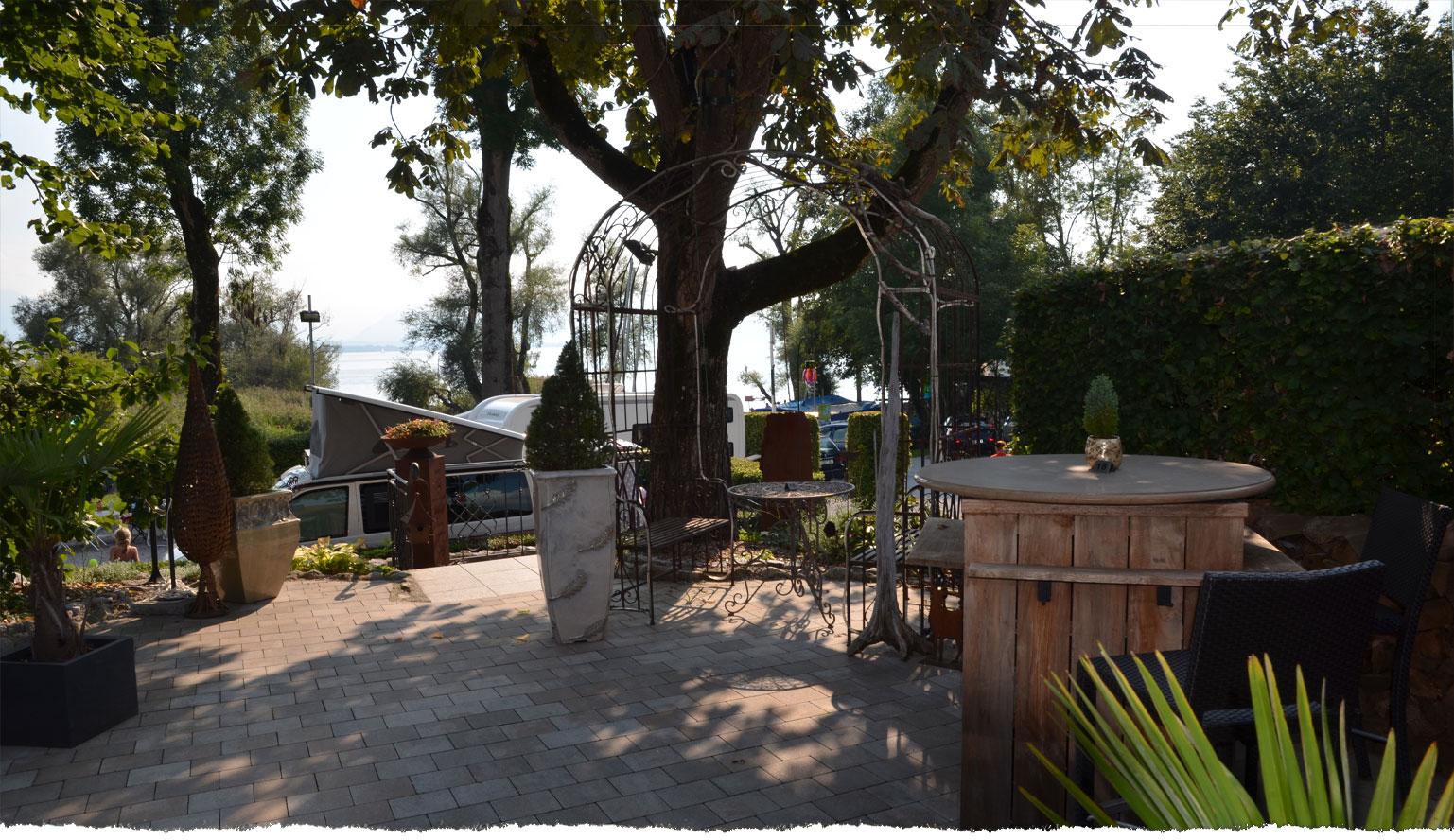 Herrliche Aussicht über den Platz und den See